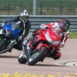 Deux motard dans une courbe sur le circuit de la Ferté Gaucher