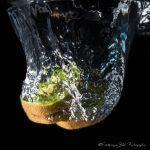 Le mouvement de l'eau lorsque des rondelles de kiwi tombent à l'eau.