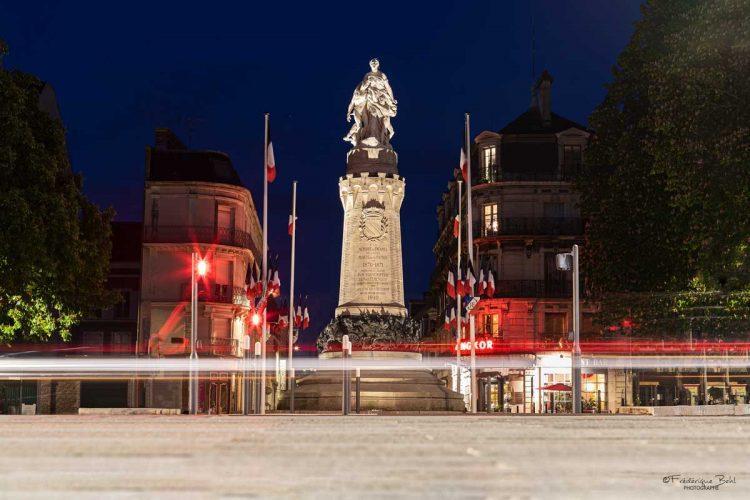 Le monument aux morts à la guerre de 1870, face à la gare de Troyes