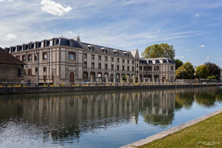 """Le refflet du collège """"les Jacobins"""" dans le canal, à Troyes."""