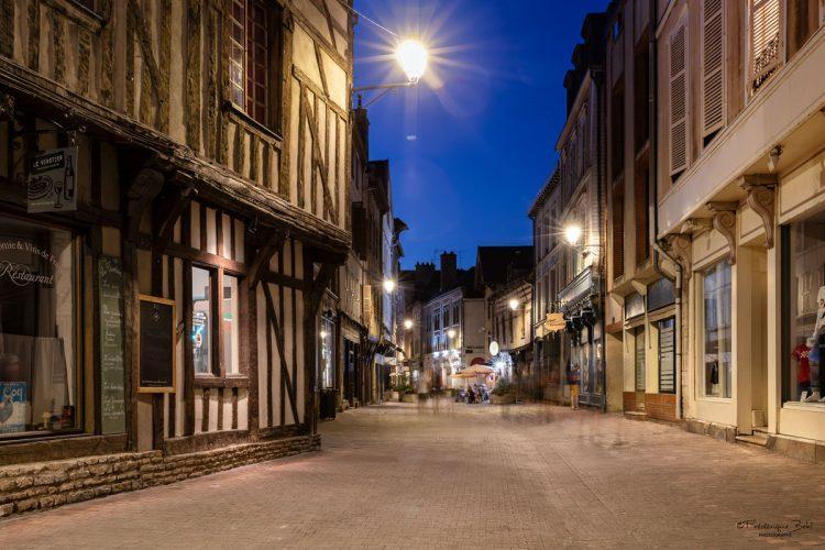La rue Saussier à Troyes, en été.
