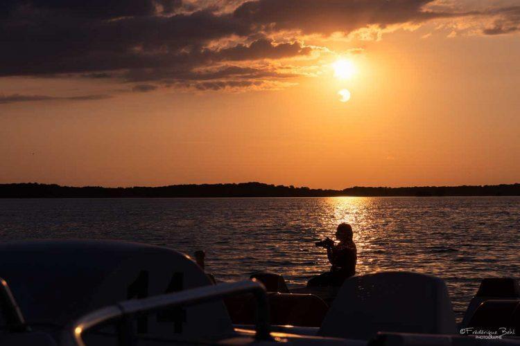 La photographie pendant un couché de soleil au lac de la forêt d'Orient.